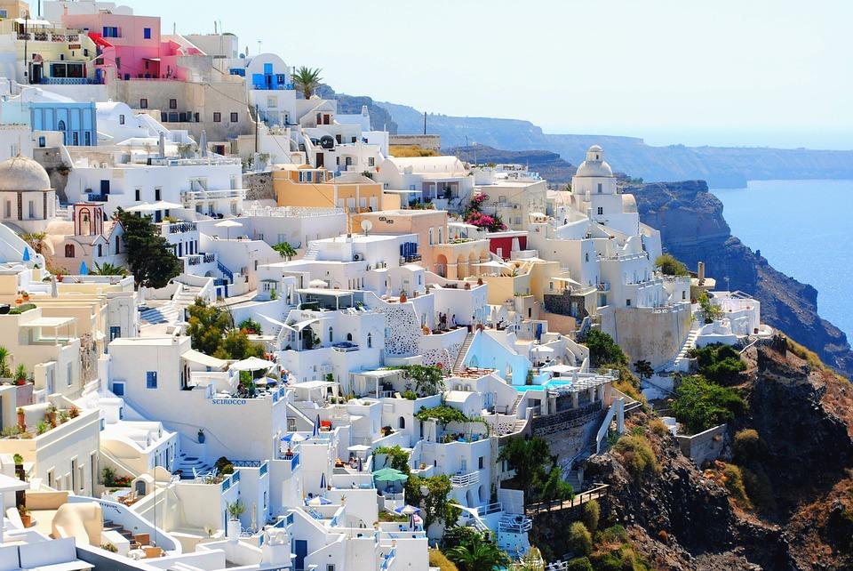 santorini fehérre meszelt házak